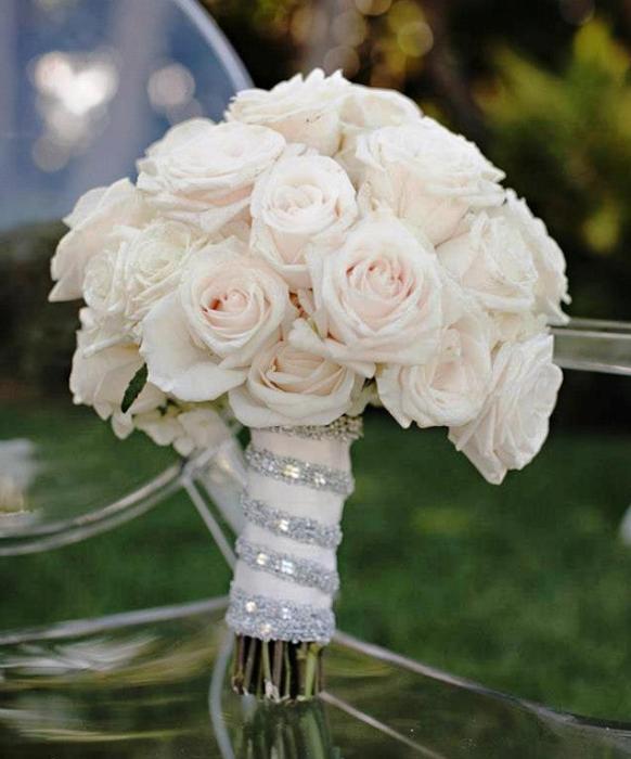 beyaz güllerden bir buket gelin çiçeği