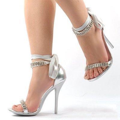 bilekten kurdele ile bağlanmış lame taşlı ayakkabı