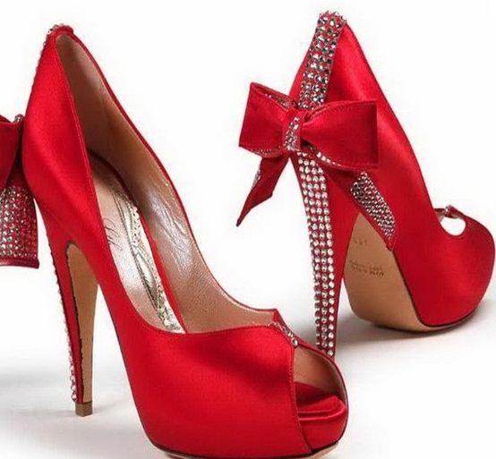 kırmızı üstüne fiyonk ve taş süslemeli abiye ayakabı modelleri