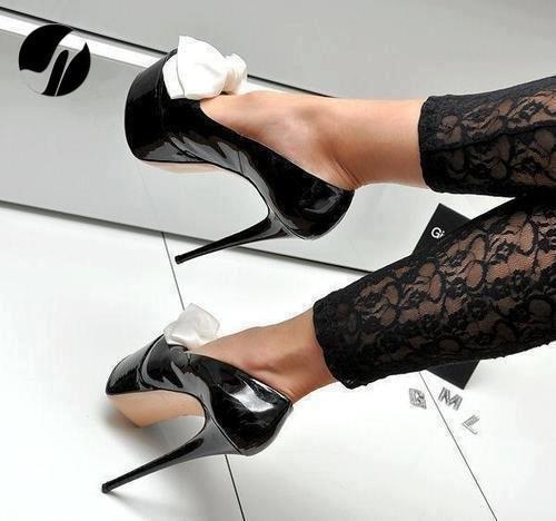 rugan siyah yüksek tıpuklu beyaz ön fiyobk detaylı ayakkabı modeli