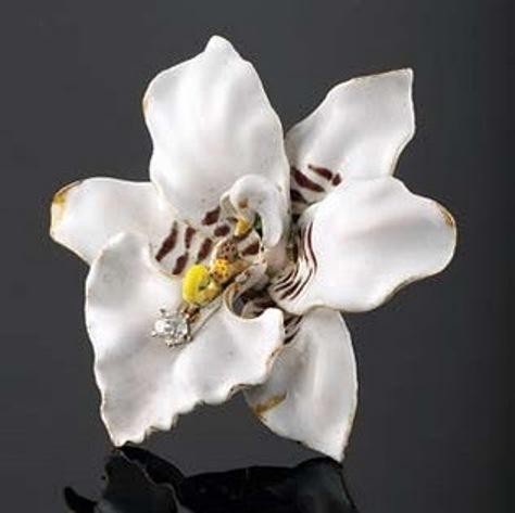 beyaz çiçekli tasarım broş modeli yeni