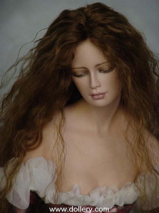 kahve kıvırcık saçlı porselen bebek modeli