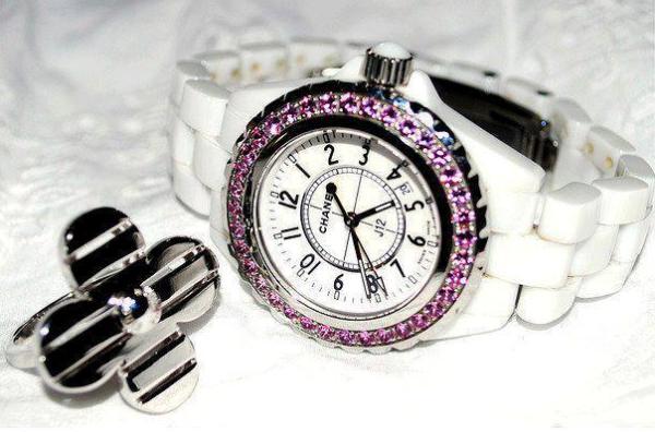 mika beyaz kordonlu yuvarlak pembe taşlı saat ve yüzük modeli