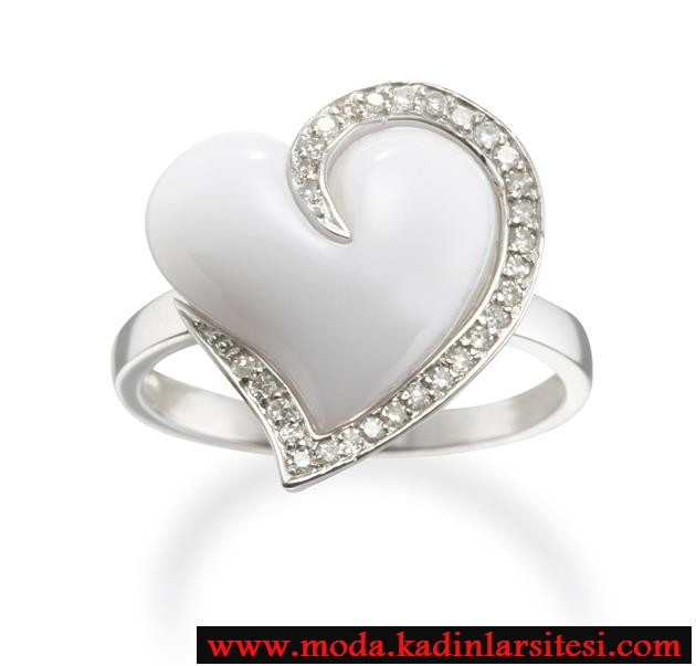 beyaz taşlı kalpli yüzük modeli