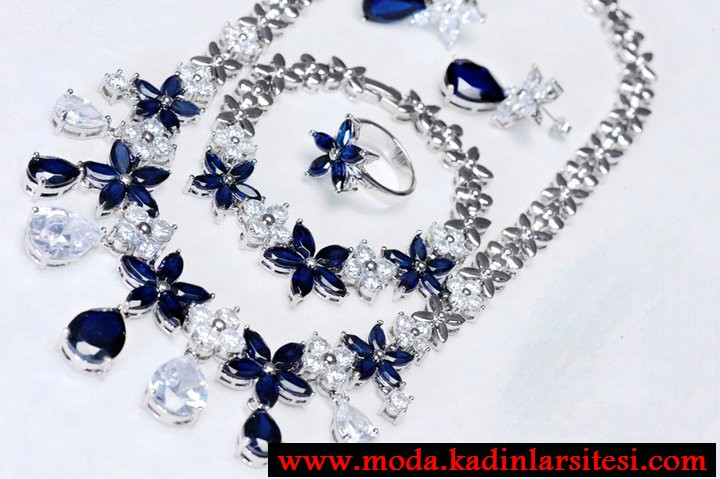 mavi çiçekli şık kolye seti modeli