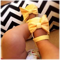 sarı fiyonk detaylı kız bebek ayakkabısı