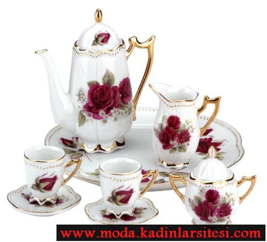 kırmızı gül figürlü çay takımı modeli