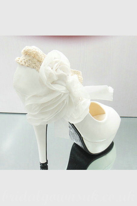 çiçek detaylı beyaz ayakkabı modeli