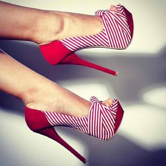 kırmızı çizgili ayakkabı modeli