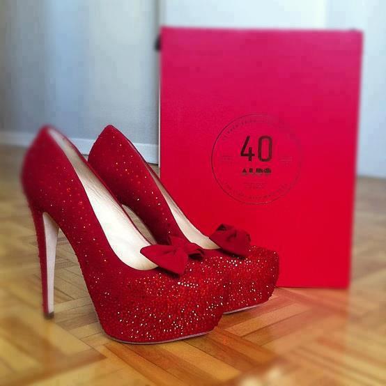 kırmızı taşlı ayakkabı modeli