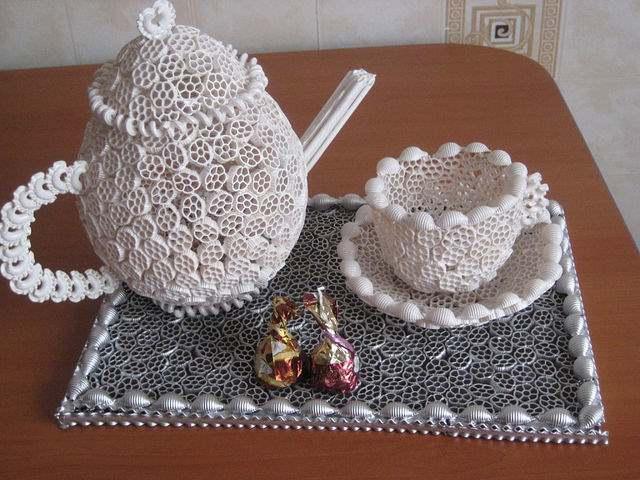 makarnadan yapılmış çaydanlık ve fincan
