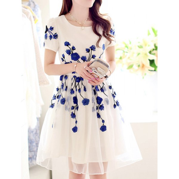 beyaz üzerine mavi çiçek işlemeli elbise