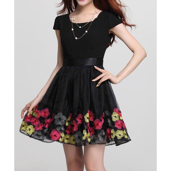 siyah etekleri çiçekli elbise modeli